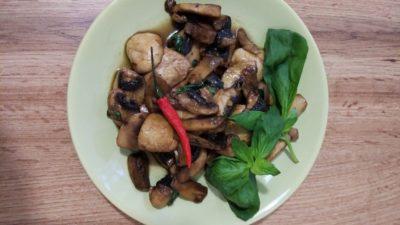 Жареные грибы с базиликом